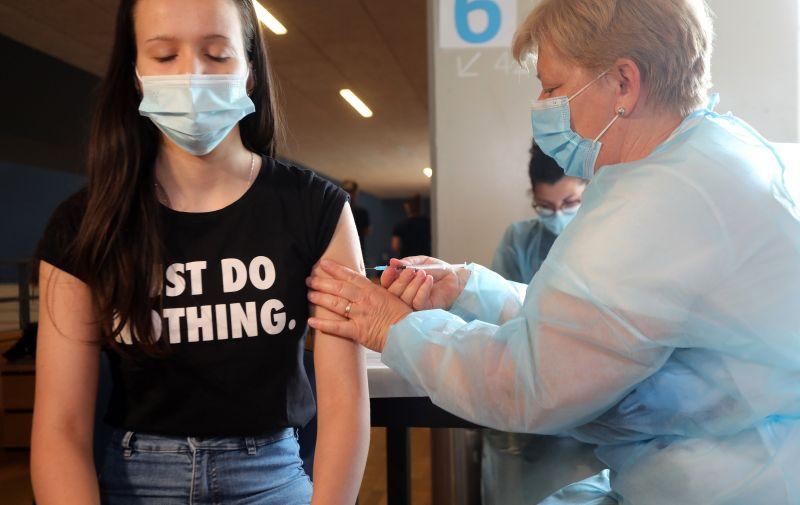13.06.2021., Rijeka - Cijepljenje djece od 12 do 16 godina protiv koronavirusa u sportskoj dvorani Zamet.  Photo: Goran Kovacic/PI. XSELL