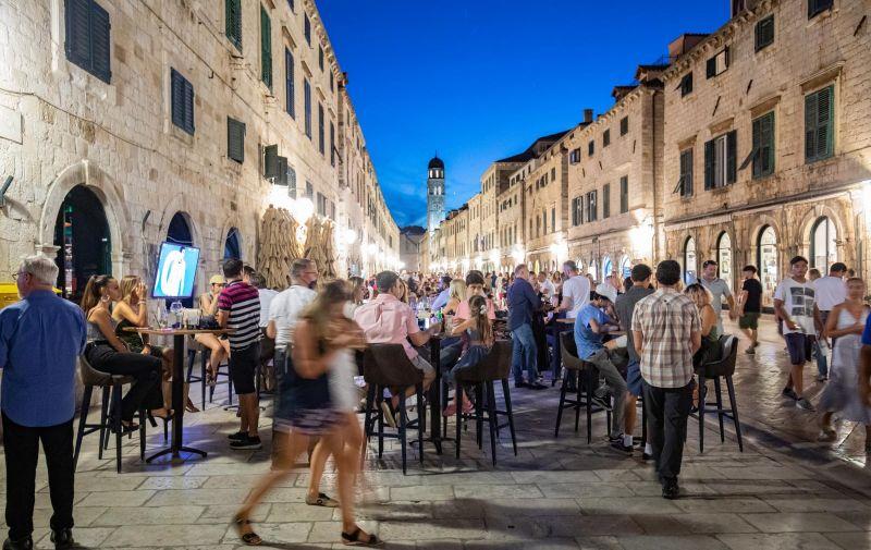 03.07.2021., Stara gradska jezgra, Dubrovnik - Nocni zivot grada svakim danom sve je bogatiji i nalik onom iz najboljih vremena. Photo: Grgo Jelavic/PIXSELL