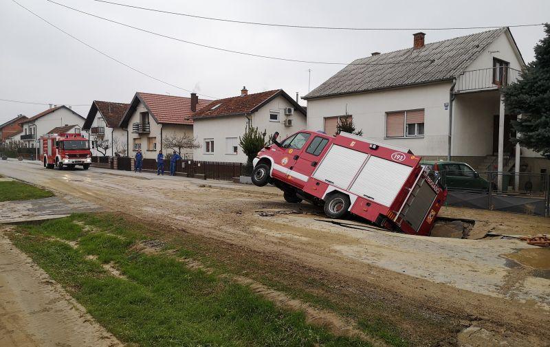 Djelatnici komunalnih službi potom su prionuli saniranju rupe i štete. /Damir Spehar/PIXSELL