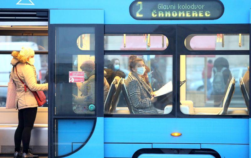 27.11.2020., Zagreb - Dan prije uvodjenja strozih epidemioloskih mjera za sprjecavanje sirenja koronavirusa, stanje u javom prijevozu pokazuje da ce natjeze biti provesti ih u tramvajima i gradskim autobusima. Photo: Patrik Macek/PIXSELL