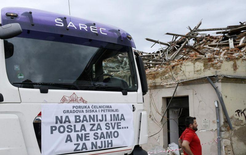 22.05.2021.,Petrinja - Sisacki i petrinjski obrtnici, gradjevinarci prosvjedovali su jer se za rusenje objekata ostecenih u potresima angaziraju tvrtke izvan ovog podrucja. Photo: Nikola Cutuk/PIXSELL