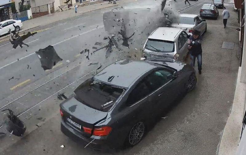 26.04.2021., Zagreb - Prometna nesreca na Aveniji Dubrava gdje je vozac osobnog automobila izgubio kontrolu nad vozilom, udario u nekoliko parkiranih vozila te se prevrnuo na krov. PIXSELL