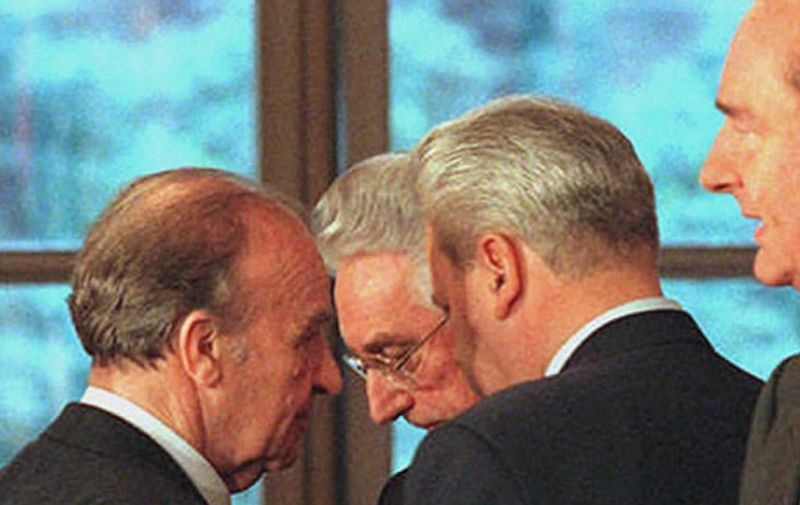 (L-R) Bosnian President Alija Izetbegovic, Croatian President Franjo Tudjman and Serbian President Slobodan Milosevic huddle in discussion as French President Jacques Chirac (R) finishes his introduction statement for the signing of the Bosnian peace agreement, at the Elysee Palace in Paris 14 December. AFP PHOTO by Michel GANGNE (Photo by MICHEL GANGNE / POOL / AFP)