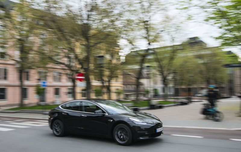 A Tesla Motors electric car drives on a street in the Norwegian capital Oslo on April 30, 2019. - Rich or not, young and old, hip urbanites and rural dwellers alike: Norwegians, including Crown Prince Haakon, are increasingly switching to electric cars. The choice is especially green in this country, where most of the electricity produced is environmentally-friendly, derived from hydro power. (Photo by Jonathan NACKSTRAND / AFP)