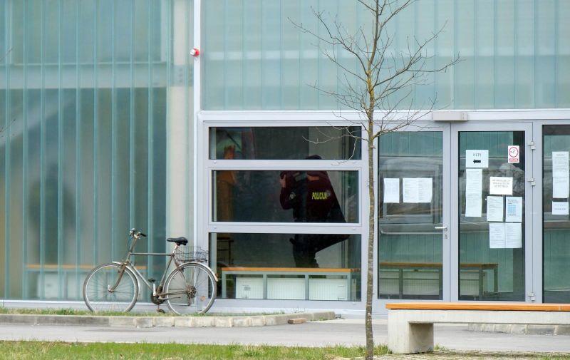 05.03.2021.,Sisak -  Policija je oko 12.15 zaprimila informaciju da je u Strukovnu skolu u Sisku dosla mladja muska osoba koja je rekla da u dzepu ima bombu. Svi su ucenici i djelatnici evakuirani.  Photo: Slaven Branislav Babic/PIXSELL