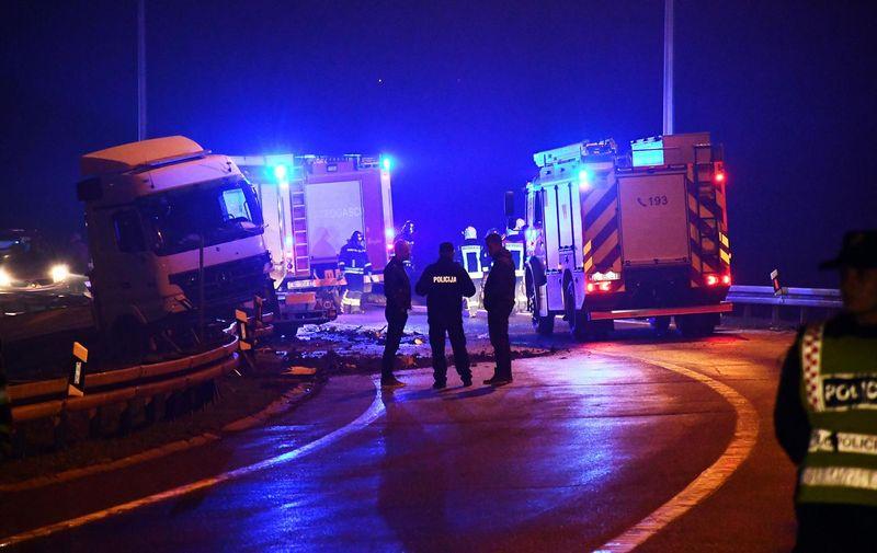 22.10.2021., Okucani - U teskoj prometnoj nesreci na autocesti A3 kod Okucana ismrtno stradale tri osobe. Teretnim automobilom hrvatskih nacionalnih oznaka upravljao je 25-godisnji drzavljanin Republike Hrvatske, dok su se u osobnom automobilu nalazile tri osobe. Photo: Ivica Galovic/PIXSELL
