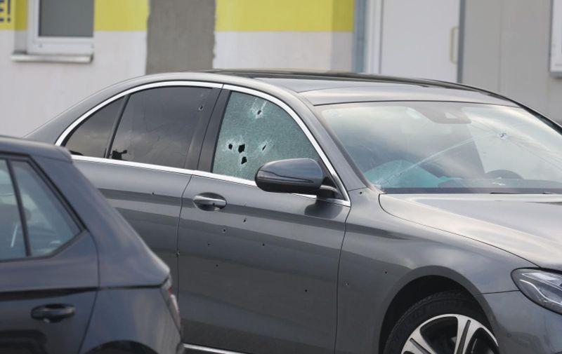 Žrtva je propucana automatskom puškom dok je sjedila u automobilu ispred trgovine.