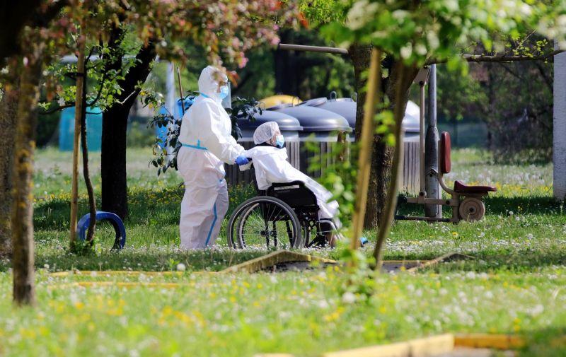 23.04.2020., Koprivnica -  Dom za starije i nemocne osobe u Koprivnici, od jucer je postao novo zariste zaraze koronavirusom. U Domu su trenutacno zarazene 23 osobe, 19 sticenika i 4 djelatnika. medjutim ocekuje se nalaz jos 58 osoba, 23 sticenika i 35 djelatnika koji su podvrgnuti testu. Doma za starije i nemocne u Koprivnici zarazena je koronavirusom. Evakuacija i prijevoz zarazenih do koprivnicke Opce bolnice odradjeni na neuobicajen nacin, guranjem sticenika u invalidskim kolicima gradskim ulicama.  PRI KORISTENJU FOTOGRAFIJE ZASTITIT IDENTITET OSOBA ( PREKRITI OCI)  Photo:Damir Spehar/PIXSELL