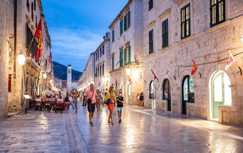 17.07.2020., Stradun, Dubrovnik - Setnja Stradunom u predvecerje. Photo: Grgo Jelavic/PIXSELL