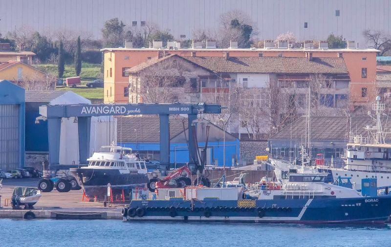 09.02.2021., Pula - S travel lifta u luci na Avangardovom navozu pao je brod kojeg je izgradio pulski Tehnomont. Brod koji je pao s  lifta u more te potom potonuo je ribarica koju je Tehnomont gradio za vlasnika iz Irske.  Photo: Srecko Niketic/PIXSELL
