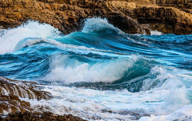 04.10.2020., Premantura - Na rtu Kamjenjak veliko jugo dizalo je more i stvaralo pozamsne valove, a sunce u zalasku ih je probijalo cineci prekrasne prizore. Photo: Srecko Niketic/PIXSELL