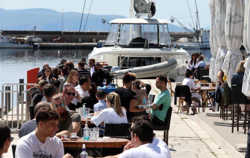 04.05.2021., Rijeka - Suncan dan napunio  terase kafica.  Photo: Goran Kovacic/PIXSELL
