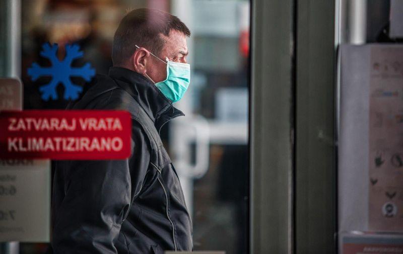 17.03.2020. Osijek - Na zatvorenom dijelu osjecke glavne trznice kontrolira se broj ulazak ,a djelatnici mesnica nose zastitne maske. Photo: Davor Javorovic/PIXSELL