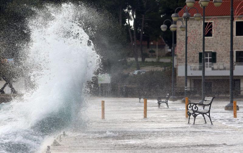 06.12.2020., Vodice - Orkansko jugo podizalo valove koji su zalijevali rivu. Photo: Dusko Jaramaz/PIXSELL
