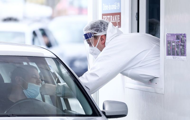 25.03.2021., Sarajevo, Bosna i Hercegovina - U posljednja 24 sata u BiH je obradjen 5.651 test, a na koronavirus je pozitivno 1.965 osoba, sto je najvise od pocetka pandemije. Preminulo je jos 77 osoba, a prijavljena su 552 oporavka. Svakodnevno su velike guzve ispred Domova zdravlja kao i za drive-in testiranje. Photo: Armin Durgut/PIXSELL