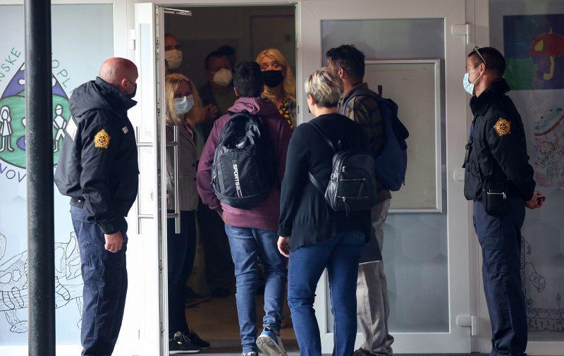 13.09.2021,Krapinske Toplice, Ulaz u osnovnu skolu Krapinske Toplice od danas nadziru zastitari jer je nekoliko roditelja prosvjedovalo zbog obveznog nosenja maski u skoli.  Photo:Zeljko Hladika/Pixsell