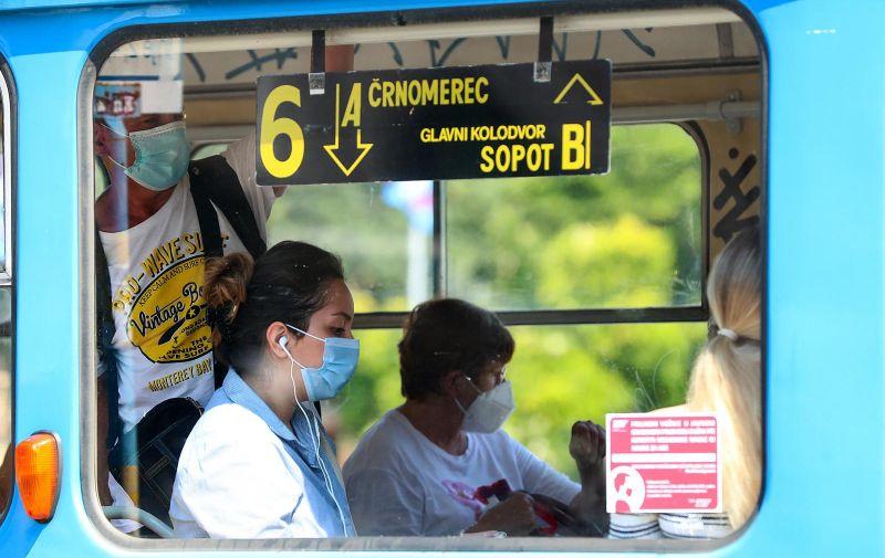 29.06.2020., Zagreb - Odlukom Nacionalnog stozera civilne zastite za vozace i putnike u javnom prometu obavezno je nosenje zastitne maske za lice. Mnogi gradjani nose zastitne maske i na otvorenim javnim povrsinama.  Photo: Goran Stanzl/PIXSELL