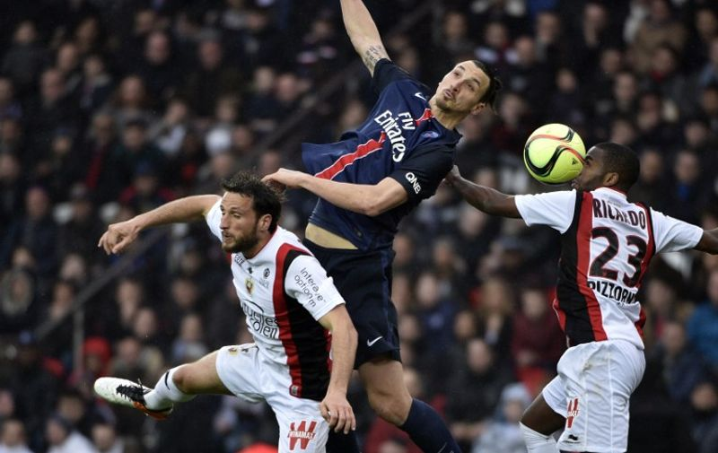 Paris Saint-Germain's Swedish forward Zlatan Ibrahimovic (C) fights for the ball with Nice's French defender Paul Baysse (L) and Nice's Portuguese defender Ricardo Pereira (R) during the French L1 match between Paris Saint-Germain (PSG) and Nice, on April 2, 2016 at the Parc des Princes stadium in Paris. AFP PHOTO / MARTIN BUREAU / AFP / MARTIN BUREAU
