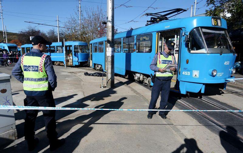 Zagreb: Žena pala pod tramvaj na Črnomercu, nisu je uspjeli spasiti 31.10.2018., Zagreb - Zena je podletjela pod tramvaj broj 6 na okretistu Crnomerec, a vatrogasci koji su zracnim jastucima podigli tramvaj nisu je uspjeli spasiti. Policijski ocevid je u tijeku.   Photo: Dalibor Urukalovic/PIXSELL