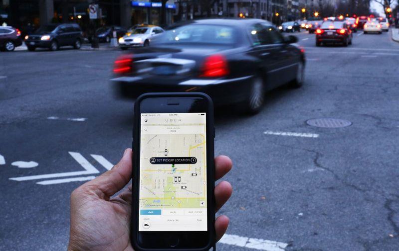 <b>2011. godina - Uber</b> </br> </br> Premda je osnovan još u 2009. godini, prijevoznička kompanija Uber je svoje prve vožnje odradila u San Franciscu 2011. godine. Uber je tada na iznimno pametan način iskoristio internetsku povezivost pametnih mobitela i njihovu mogućnost spajanja na GPS, pa su ustvari napravili ogromnu revoluciju u prijevozničkom sektoru. Ljudima je jednostavnije bilo naručiti taksi preko aplikacije, nego pozivati neki broj ili pokušati zaustaviti taksi u prolazu.