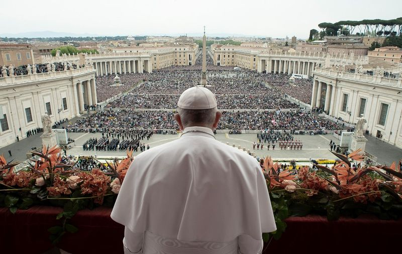 """This photo taken and handout on April 21, 2019 by the Vatican press office, Vatican Media, shows Pope Francis delivering the """"Urbi et Orbi"""" blessing to the city and to the world from the balcony of St Peter's basilica after the Easter Sunday Mass in the Vatican. - Christians around the world are marking the Holy Week, commemorating the crucifixion of Jesus Christ, leading up to his resurrection on Easter. (Photo by Handout / VATICAN MEDIA / AFP) / RESTRICTED TO EDITORIAL USE - MANDATORY CREDIT """"AFP PHOTO / VATICAN MEDIA"""" - NO MARKETING NO ADVERTISING CAMPAIGNS - DISTRIBUTED AS A SERVICE TO CLIENTS ---"""