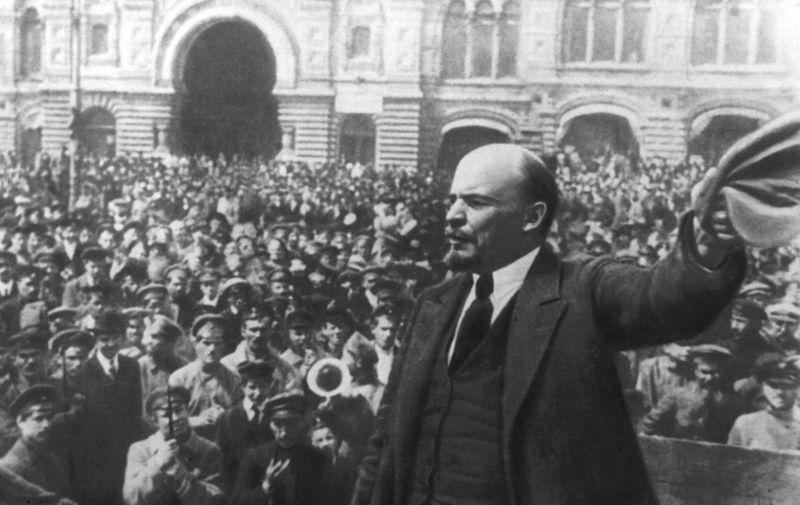 Lenjin se obraća ljudima na Crvenom trgu u Moskvi 25. listopada 1917.