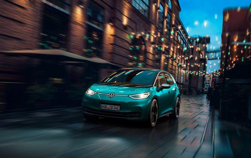 Sljedeće godine u prodaju konačno stiže i VW-ov ID, automobil koji je u prvom planu zamišljen kao električno vozilo. VW je i ranije imao električne aute, poput e-up! i e-Golfa, no to su bile električne prerade standardnih automobila. Prednarudžbe za ID su već otvorene, a cijene kreću od 30.000 eura, dok prvi proizvedeni i slavljenički modeli imaju veću cijenu od 40.000 eura. Domet bi mu trebao biti između 350 i 500 kilometara.
