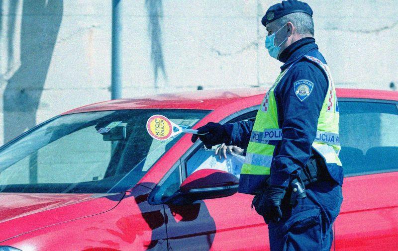 03.04.2020., Podstrana - Policija kontrolira propusnice vozaca na jednoj od kontrolnih tocaka na izlazu iz Splita. Photo: Milan Sabic/PIXSELL