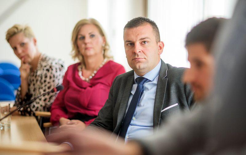 Katarina Šiber Makar, predsjednica uprave tvrtke IN2 koja je provodila digitalizaciju (sjedi krajnje lijevo), Tatjana Skoko, direktorica Microsofta za Hrvatsku, također uključena u projekt digitalizacije, i gradonačelnik Hrebak