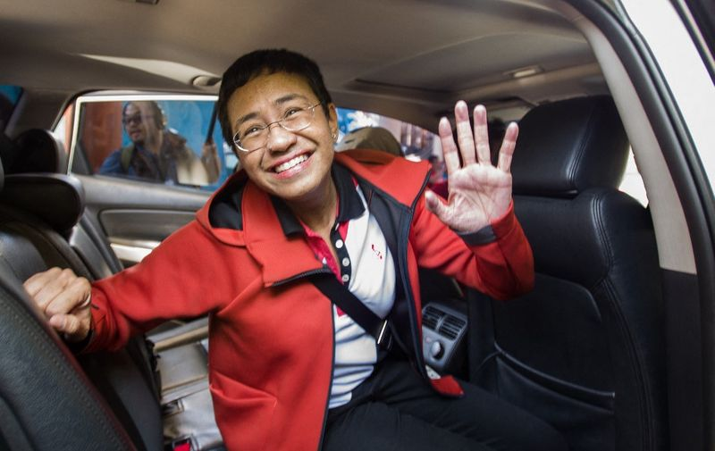 (FILES) This file photo taken on March 29, 2019 shows Philippine journalist Maria Ressa waving to photographers after posting bail outside a court building in Manila. - The 2021 Nobel Peace Prize was awarded on October 8, 2021 to journalists Maria Ressa (Philippines) and Dmitry Muratov (Russia). (Photo by MARIA TAN / AFP)