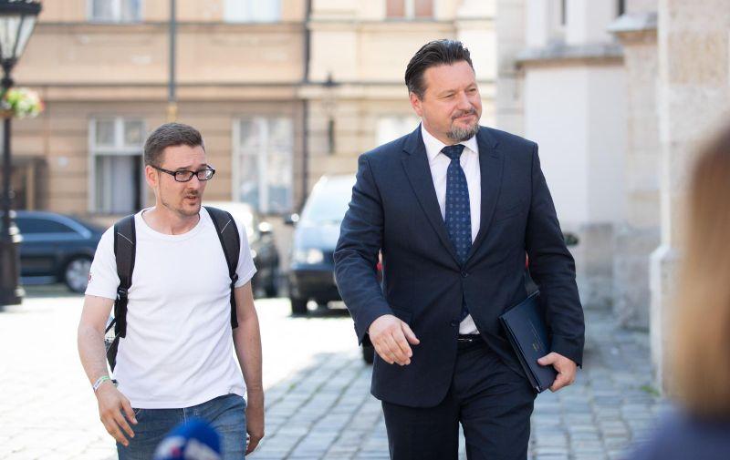 Ne posve neočekivano, Telegramov novinar te odgovore ponovno nije dobio. Iako je pristojno dočekao ministra predstavivši se i pruživši mu ruku, Kuščević je samo nastavio hodati do televizijskih novinara gdje je ponovno izrecitirao napjev o tome kako mu se smješta s dodatkom da će ovaj put netko odgovarati.
