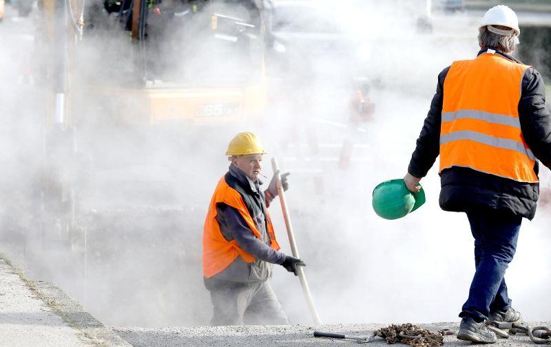 27.1.2021, Zagreb - U oblacima pare radnici pokusavaju sanirati puknuce vrelovoda na Horvacanskoj cesti. Photo: Patrik Macek/PIXSELL