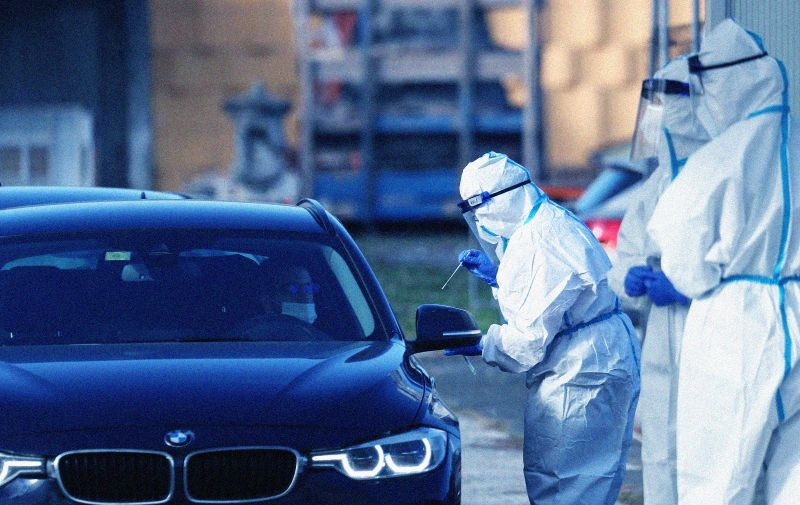 06.11.2020., Zagreb - Drive-in testiranje na COVID-19 na istocnom ulazu Zagrebackog velesajma.  Tehnicari uzimaju briseve za test na koronavirus.  Photo: Zeljko Lukunic/PIXSELL
