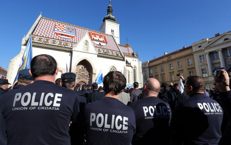09.11.2012., Zagreb - Policijski sluzbenici u sluzbenim odorama sastali su se na Kaptolu kod katedrale te se zaputili na Trg bana Jelacica kako bi prosvjedovali protiv odgode primjene odredbe o otpremninama temeljem Zakona o policiji. Smeta im tendencija smanjivanja osobnih dohodaka. Tvrde da im je u kolektivnom ugovoru obecana isplata otpremnina od 1. sijecnja 2013., a samo 15 dana nakon toga predlozena je promjena zakona prema kojoj ce se otpremnine isplacivati tek tri godine kasnije. Nakon prosvjeda na Trgu, najavljeno je da ce 1.500 prosvjednika otici na Trg sv. Marka, pred Vladu i Sabor. Prosvjed je organizirala Koordinacija sindikata koji djeluju unutar MUP-a (Sindikat policije Hrvatske, Nezavisni sindikat djelatnika MUP-a, Sindikat drzavnih i lokalnih sluzbenika i namjestenika).  Photo: Robert Anic/PIXSELL