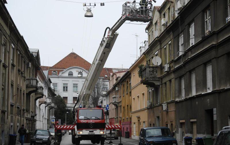 24.03.2020., Zagreb - Vatrogasci ciste krov u Kamaufovoj ulici. Photo: Marko Lukunic/PIXSELL