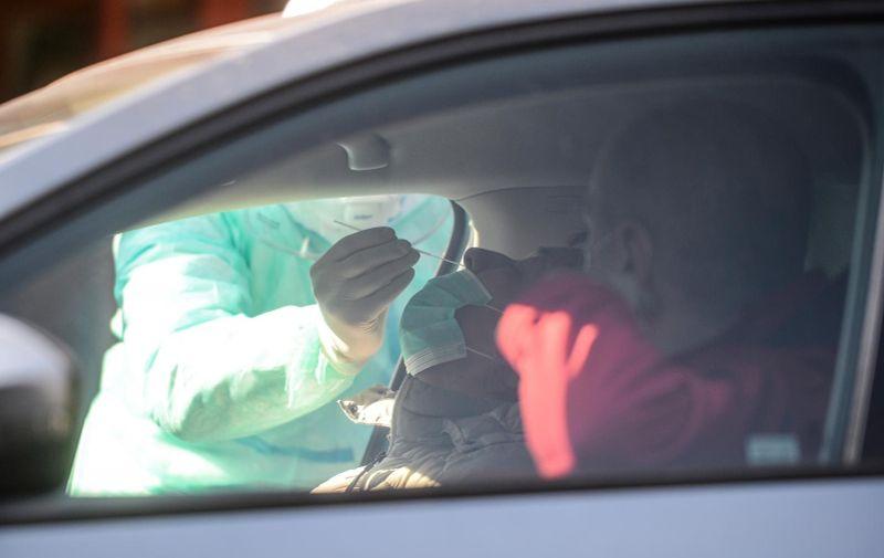 """04.04.2020., Zagreb - Nastavni zavod za javno zdravstvo """"dr. Andija Stampar"""" uveo je """"drive in"""" dijagnostiku koronavirusa kako bi se ubrzalo dijagnosticiranje i povecao broj testiranih osoba. Osobe pri ovom testiranju ne izlaze iz automobila, što povecava razinu sigurnosti osobe koja se testira i zdravstvenog djelatnika. Photo: Marko Prpic/PIXSELL"""