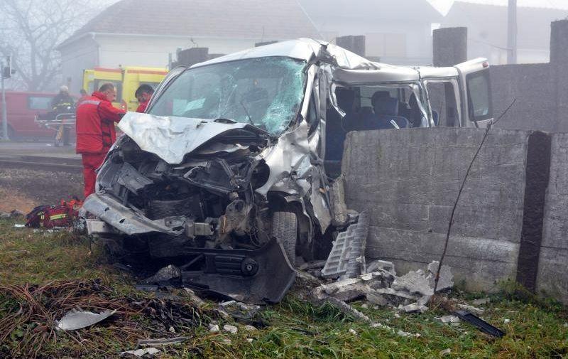 28.12.2015., Bjelovar, Male Sredice - Teska prometna nesreca u kojoj je vlak naletio na Taxi kombi sa cak 9 putnika dogodila se oko 13,45 sati u Malim Sredicama. Vlak je kretavsi se u pravcu Zagreba na taxi kombi vozilo naletio na pruznom prjelazu u Malim Sredicama na kojemu se prema rijecima susjeda i svjedoka rampa ne radi vec puna tri dana. U kaoticnom stanju na terenu sva raspoloziva vozila hitne pomoci u nekoliko su se navrata mora vracati za zbrinu unesrecene, s obzirom da je vlak kombi vozilo odgurnuo nekoliko desetaka metara, te je zavrsilo prikljesteno u betonskoj ogradi, da bi se vlak zaustavio nekoliko stotina metara dalje. Cijeloj tragediji je pogodovala i gusta magla. Ocevid je jos u tijeku i jos se ne zna epilog ove stravicne prometne nesrece, odnosno koliko je tesko ozlijedjenih putnika i ima li poginulih.  Photo: Damir Spehar/PIXSELL
