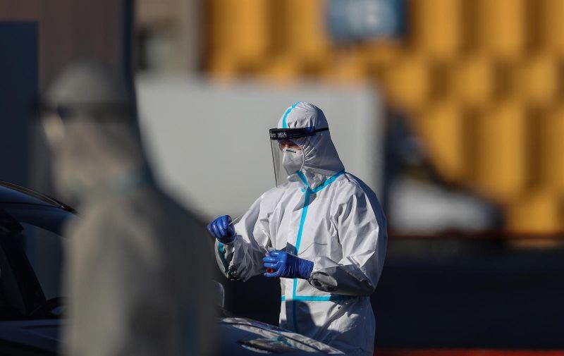 31.10.2020., Zagreb - Drive in testiranje na koronavirus na novotvorenom centru na ZG Velesajmu. Unatoc vecoj guzvi za testiranje, testiranje ide  brzo. U protekla 24 sata zabiljezeno je 2.769 novih slucajeva pa je broj trenutno oboljelih (aktivnih slucajeva) u Hrvatskoj danas 15.952. Među njima je 1.049 pacijenta na bolnickom lijecenju, od toga su na respiratoru 82 pacijenta. U protekla 24 sata testirana je 8.741 osoba. Photo: Zeljko Lukunic/PIXSELL
