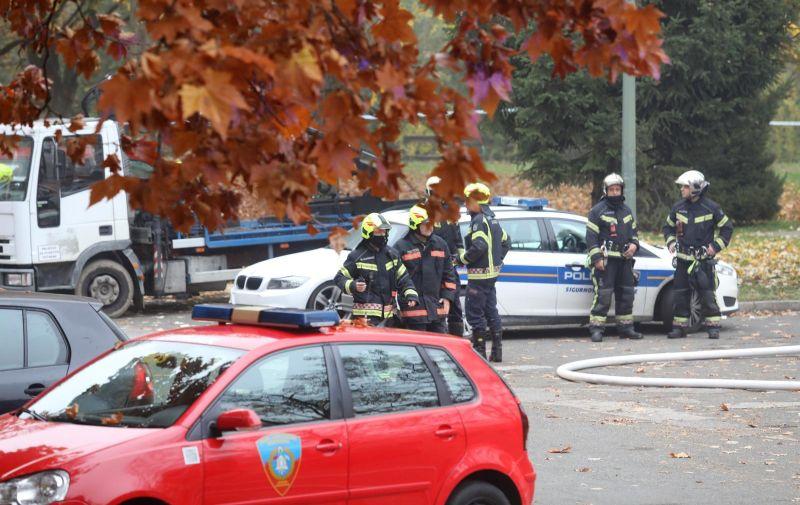 02.11.2020., Zagreb - Intervencija vatrogasaca radi pozara na krovu na Osnovne skole Mato Lovrak u zagrebackoj Dubravi.   Photo: Patrik Macek/PIXSELL