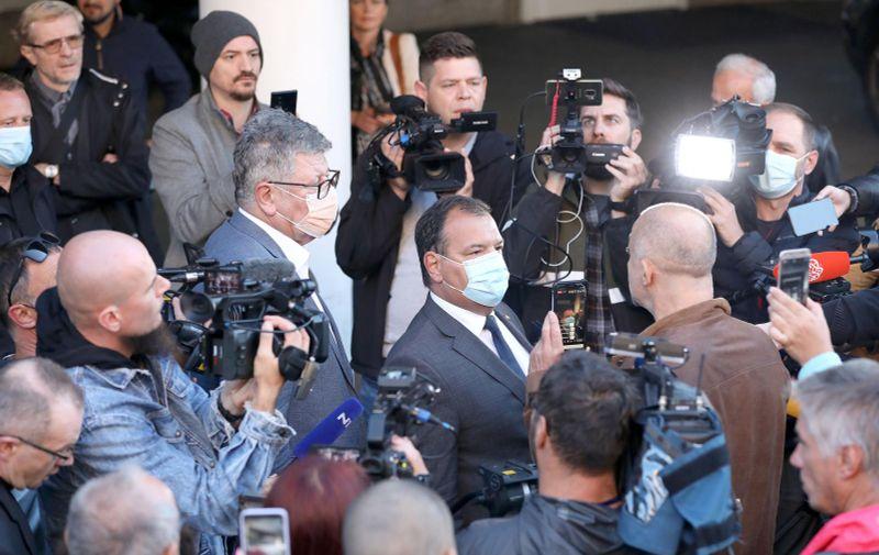 04.10.2021., Zagreb - Ispred KBC-a Zagreb okupili su se djelatnici koji nemaju covid potvrdu, a koja im od danas treba za ulazak na radno mjesto. Medju prosvjednicima zbog uvodjenja potvrda u zdravstvo bili su i neki koji nisu djelatnici bolnice.