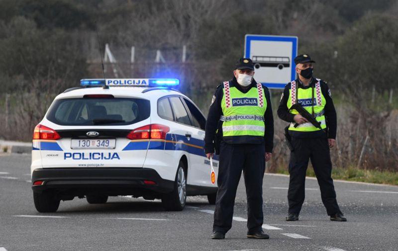 30.01.2021. Sibenik - Policjska blokada na cesti gdje policija traga za ubojicama  Photo:  Hrvoje Jelavic/PIXSELL