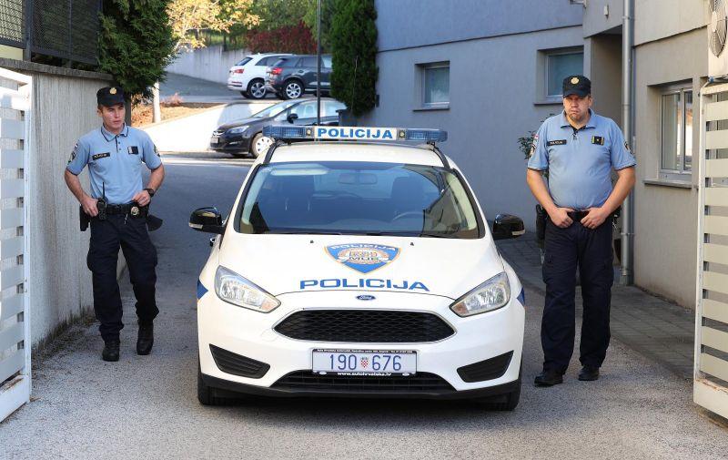 25.09.2021., Zagreb - Policija obavlja ocevid ispred zgrade u Mlinovima, u kojoj je nocas ubijeno troje ljudi. Photo: Marko Prpic/PIXSELL