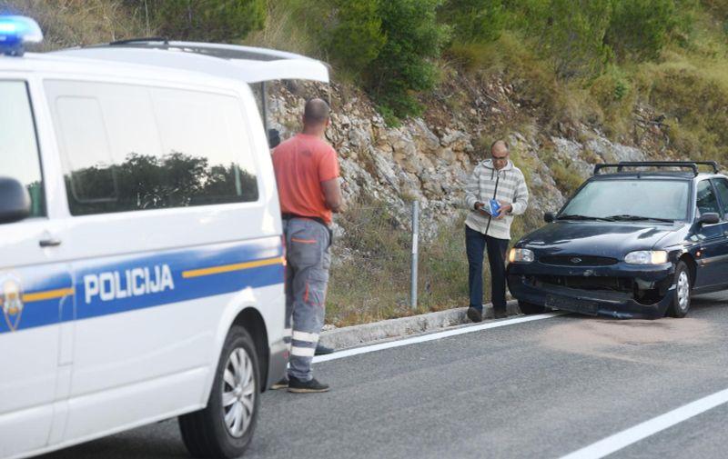 Automobil naletio na kamen koji je uslijed potresa pao na cestu kod Vrpolja. (Foto: Hrvoje Jelavic/PIXSELL)