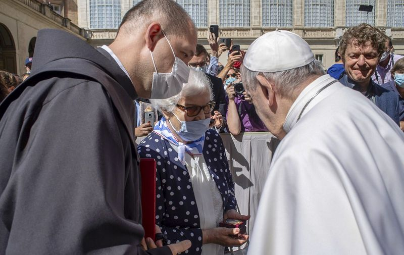 """This photo taken and handout on May 26, 2021 by The Vatican Media shows Pope Francis (R) meeting with Lidia Maksymowicsz (C), a Polish-Belarusian Holocaust survivor of the Auschwitz-Birkenau camp, during the Pope's weekly general audience at San Damaso courtyard in the Vatican. (Photo by Handout / VATICAN MEDIA / AFP) / RESTRICTED TO EDITORIAL USE - MANDATORY CREDIT """"AFP PHOTO / VATICAN MEDIA"""" - NO MARKETING - NO ADVERTISING CAMPAIGNS - DISTRIBUTED AS A SERVICE TO CLIENTS"""