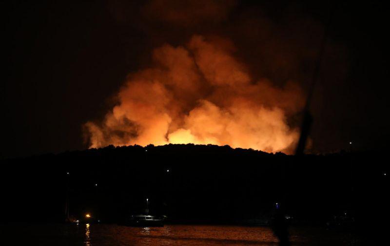 18.08.2021.,Hvar - U vecernjim satima planuo je pozar na Hvaru, u blizini Staroga Grada.Na terenu je sest vatrogasnih vozila i 30-ak vatrogasaca ,a  gasenje pozara otezava im bura. Photo:Marin Tironi/PIXSELL