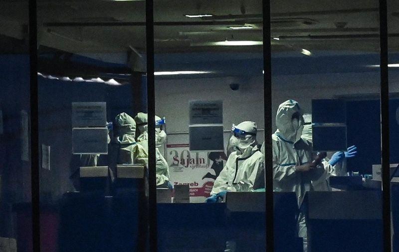 07.12.2020., Zagreb- Zbog povecanog broja zarazenih COVID-19 virusom Arena Zagreb postala je bolnica. Dok s jedne strane medicinske sestre i doktori u zastitnim odijelima brinu za oboljele s druge strane je blagdansko bljestavilo Arena Centra. Photo: Igor Soban/PIXSELL