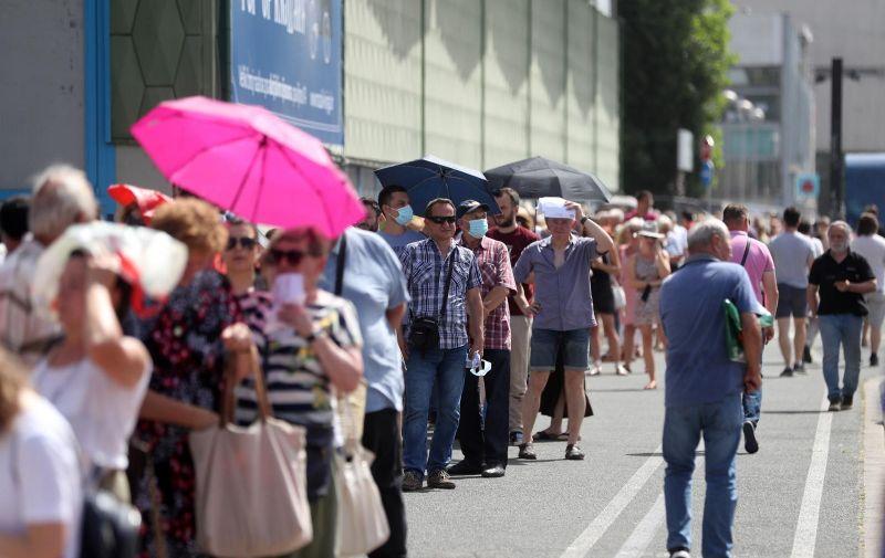 24.6.2021., Zagreb - Unatoc vrlo visokim temperaturama zraka i sparini, velika guzva u redu za cijepljenje pred Velesajmom. Photo: Zeljko Lukunic/PIXSELL