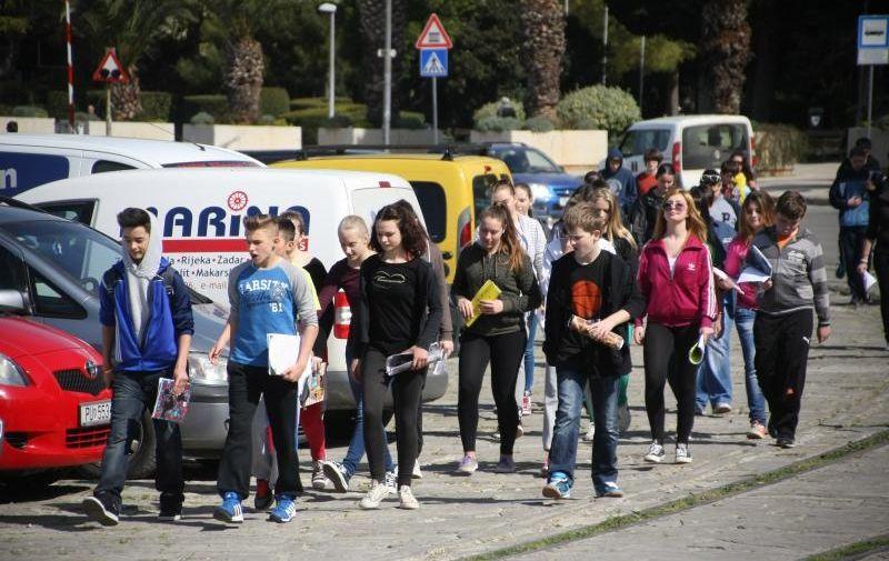 02.04.2014., Pula - Sredjoskolci iz Njemacke i Austrije, koji su na maturalnom putovanju, u  setnji gradom. Photo: Dusko Marusic/PIXSELL