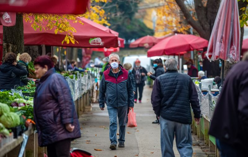 21.12.2020., Pula - Na pulskoj trznici prodavaci se drze mjera, a vecinom i kupci imaju maske te izbjegavaju grupiranje na standovima. Photo: Srecko Niketic/PIXSELL