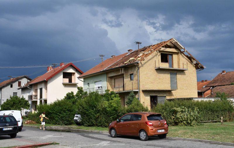 04.08.2020., Slavonski Brod - Olujno nevrijeme rusilo stabla i nosilo crijepove s krovova kuca. Photo: Ivica Galovic/PIXSELL